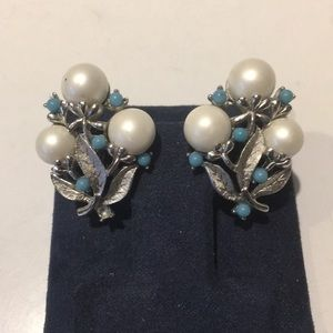 Vintage signed Sarah Coventry clip on earrings